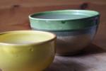 gamelles d'eau avec de l'argile verte